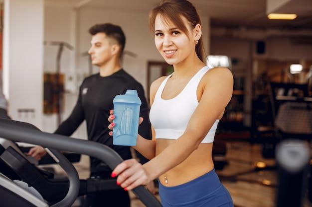 Um belo casal de esportes está envolvido em um ginásio