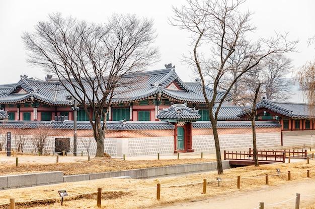 Um belo palácio histórico em um parque de inverno no centro da cidade.