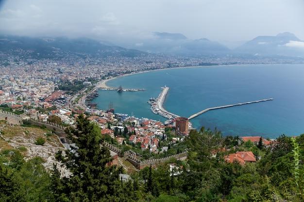 Um belo panorama de uma antiga cidade turca a partir de uma antiga torre kizil kule em um verão ensolarado