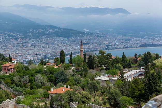 Um belo panorama de uma antiga cidade turca com muitos edifícios residenciais e pontos de referência