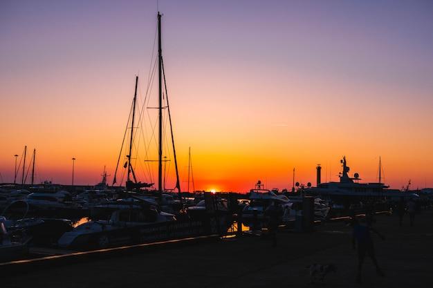 Um belo pôr do sol em uma cidade costeira