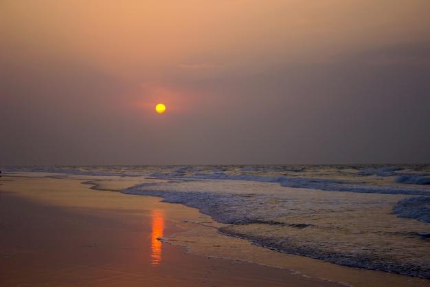Um belo pôr do sol na praia