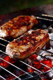 Um bife grelhado fresco com peper