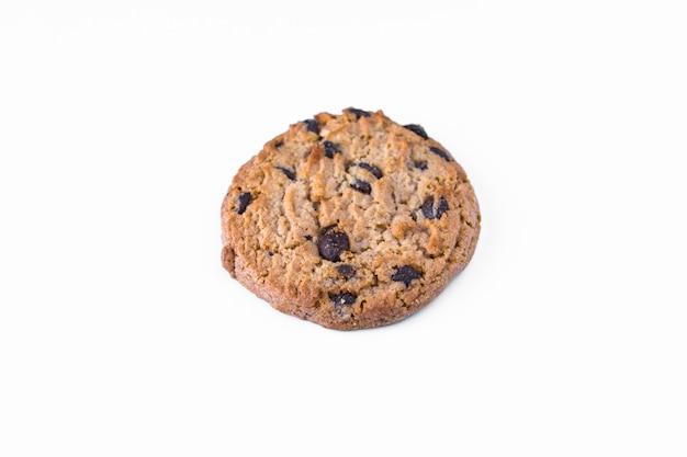 Um biscoito caseiro com chocolate isolado