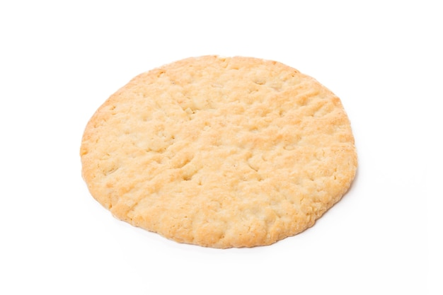 Um biscoito de aveia assado isolado no branco