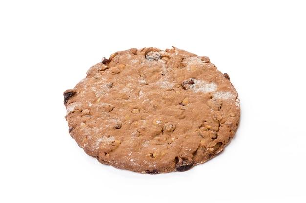 Um biscoito de aveia assado isolado no fundo branco