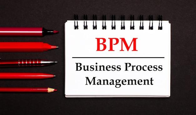 Um bloco de notas branco com o texto bpm business process management