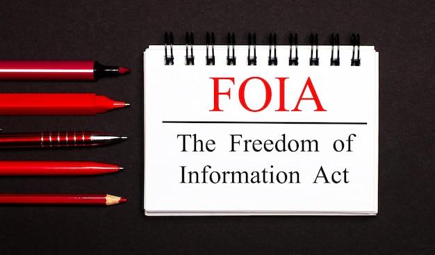 Um bloco de notas branco com o texto foia a lei de liberdade de informação