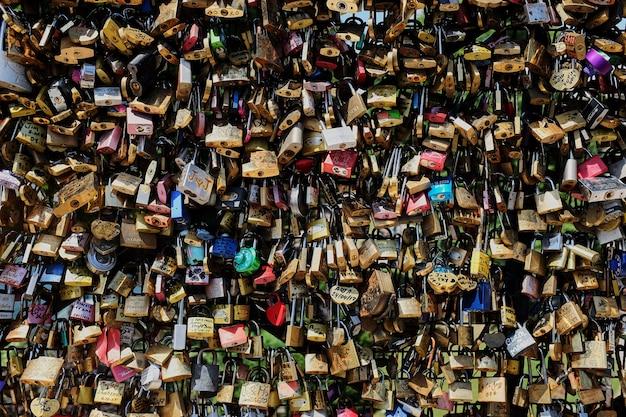 Um bloqueio de amor em uma ponte em vista frontal de paris