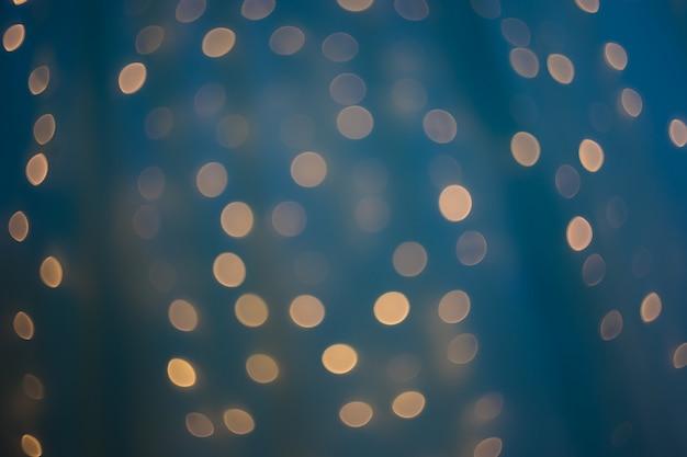 Um bokeh bonito real no fundo festivo azul,