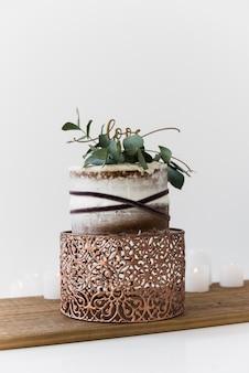 Um bolo de casamento decorativo com bolo de casamento na mesa de madeira