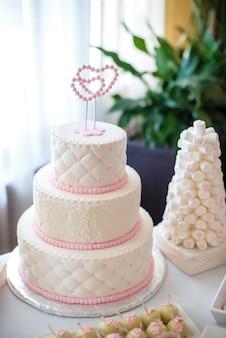 Um bolo de casamento na mesa