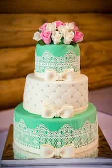 Um bolo de casamento tradicional e decorativo na recepção de casamento.