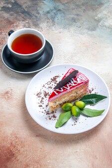 Um bolo um bolo apetitoso uma xícara de chá na mesa