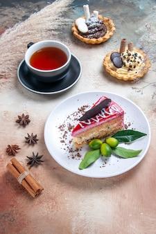 Um bolo um bolo uma xícara de chá cupcakes canela anis estrelado