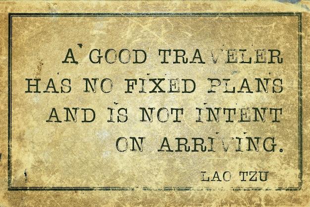 Um bom viajante não tem planos fixos - citação do antigo filósofo chinês lao tzu impressa em papelão grunge vintage