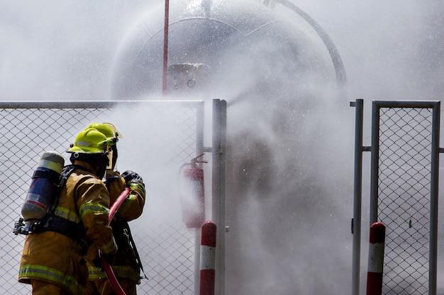 Um bombeiro está controlando um incêndio