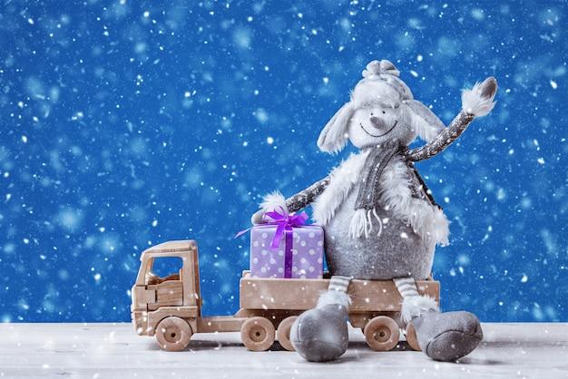 Um boneco de neve na traseira do caminhão cumprimenta a todos com feliz ano novo e feliz natal.