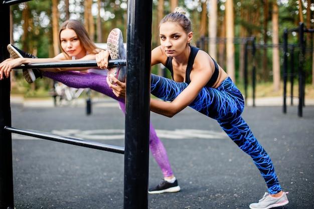 Um, bonito, caucasiano, mulheres, fazendo, exercício, ao ar livre, em, um, parque
