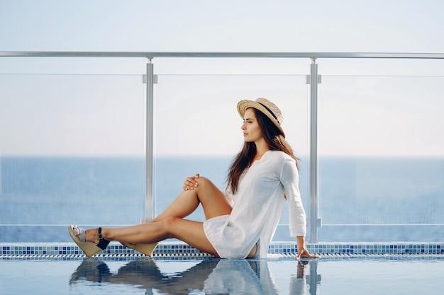 Um, bonito, menina jovem, sentando, ligado, um, verão, terraço, e, olhar, a, oceânicos