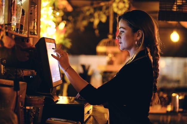 Um, bonito, mulher jovem, escrivaninha, em, um, restaurante