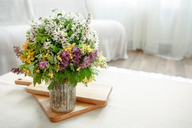 Um bouquet de flores primaveris como detalhe decorativo no interior da sala.