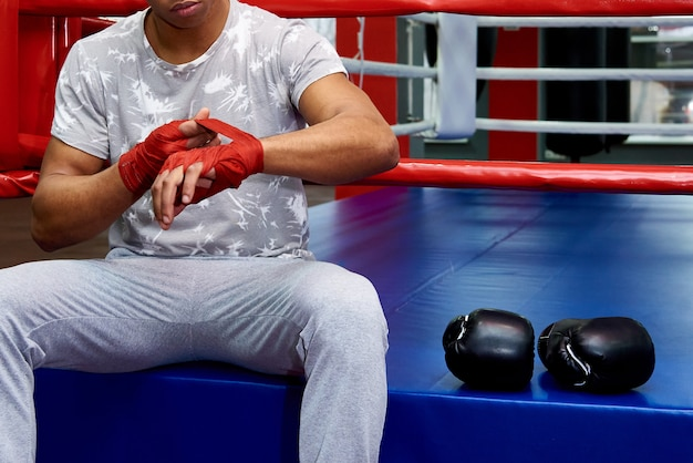 Um boxeador com luvas de boxe no ringue.