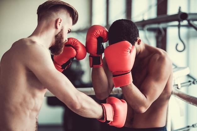 Um boxeador está lutando com outro boxeador.