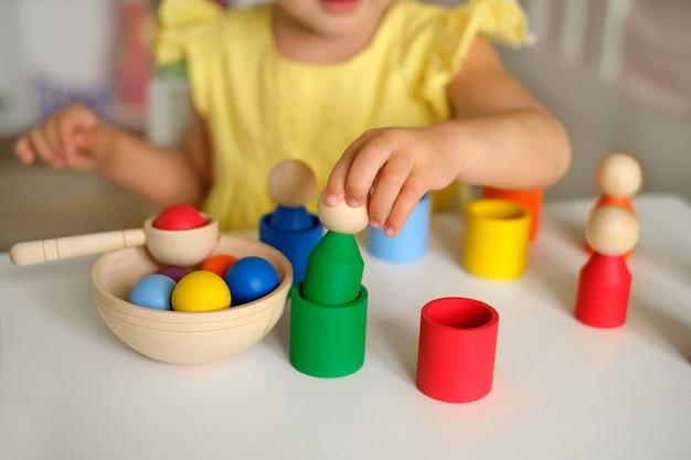 Um brinquedo classificador de madeira - jogos educativos infantis