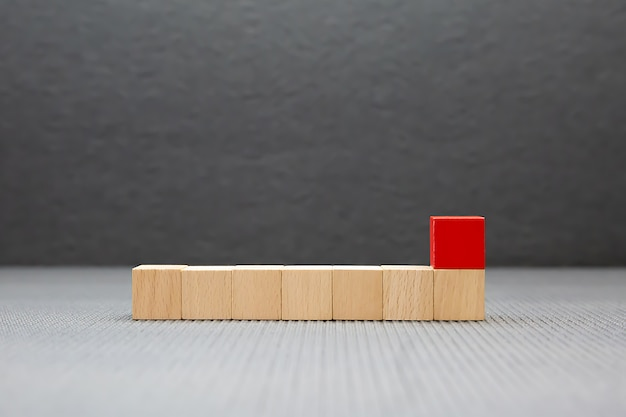 Um brinquedo de bloco de madeira em forma de cubo empilhado sem gráficos para o conceito de design de negócios e atividade para habilidades de prática de fundação infantil.