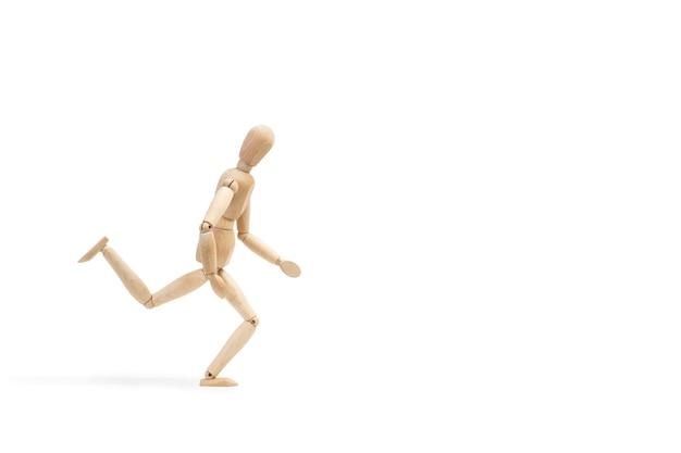 Um brinquedo manequim de madeira como correr no branco