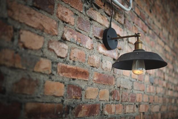 Um bulbo velho na parede velha.
