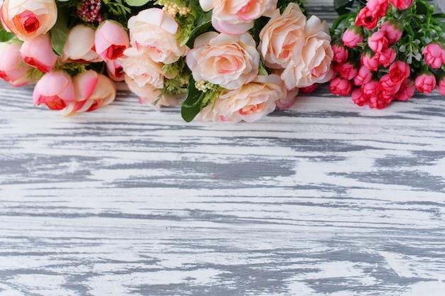 Um buquê com flores rosas em um fundo claro rural