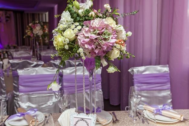 Um buquê de casamento está sobre a mesa, ao fundo do corredor. buque de noiva.