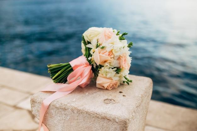 Um buquê de casamento perto do mar. casamento em montenegro.