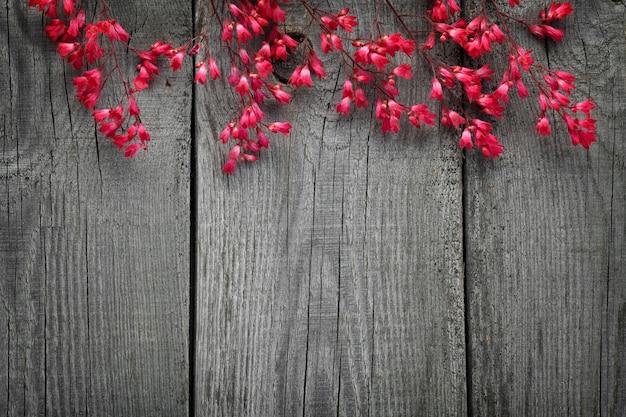 Um buquê de flor desabrochando heuchera no fundo das placas antigas com uma textura.