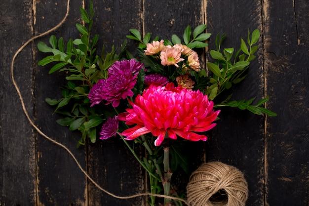 Um buquê de flores bonitas para o feriado em madeira