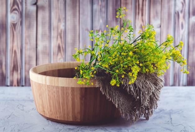Um buquê de flores de erva de são joão amarelo selvagem coletadas no verão
