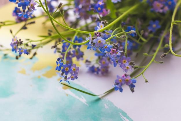 Um buquê de flores de lavanda azul em uma vista superior de luz de fundo