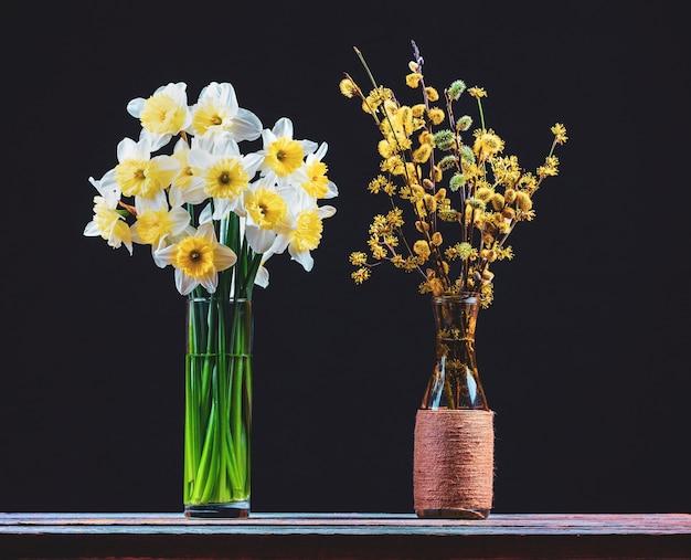 Um buquê de flores de narciso e um buquê de salgueiro em flor