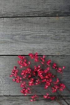 Um buquê de flores desabrochando heuchera na superfície das placas antigas com uma textura