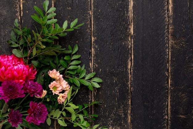 Um buquê de flores em uma madeira vintage preta