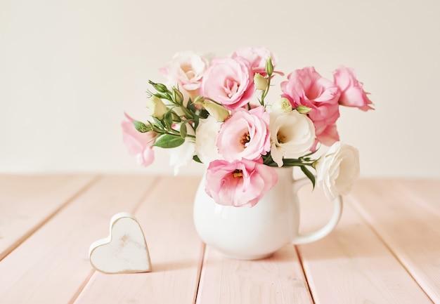 Um buquê de flores eustomas em cima da mesa