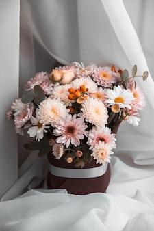 Um buquê de flores mistas
