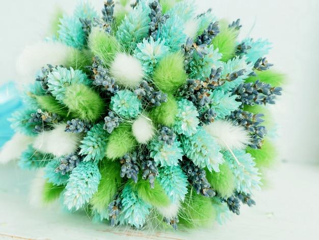 Um buquê de flores secas fofas com lavanda.