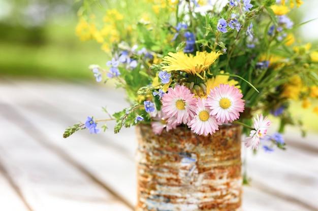 Um buquê de flores silvestres em plena floração em uma jarra rústica