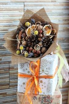 Um buquê de frutas secas, nozes, bolotas, avelãs, canela,