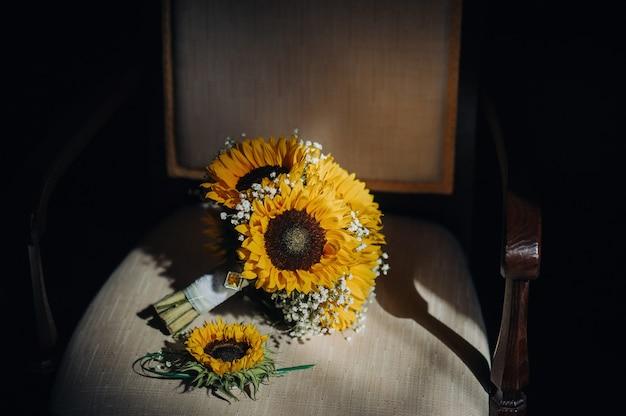 Um buquê de girassóis repousa sobre uma cadeira antigadecoração de casamento