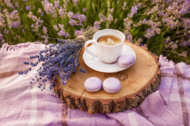 Um buquê de lavanda roxa um copo branco com biscoitos de café e xadrez na fazenda
