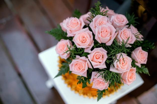 Um buquê de rosas cor de rosa